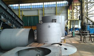 Zwalcowane i wstępnie pospawane elementy mieszadeł w zakładzie produkcyjnym